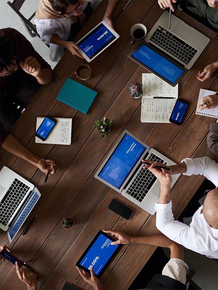 vista desde arriba de grupo de personas trabajando